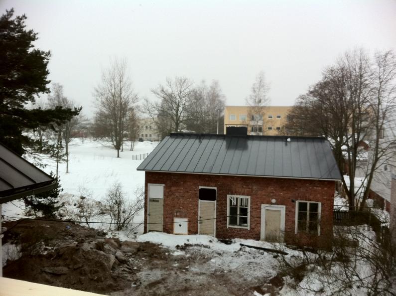 Uusitusta katosta huolimatta pihatalo näytti talvella vielä lohduttomalta
