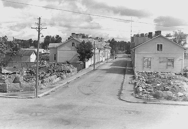 Tarhakatu sodan jäljiltä. Villa Feldtin naapuritalot pommitettiin maan tasalle