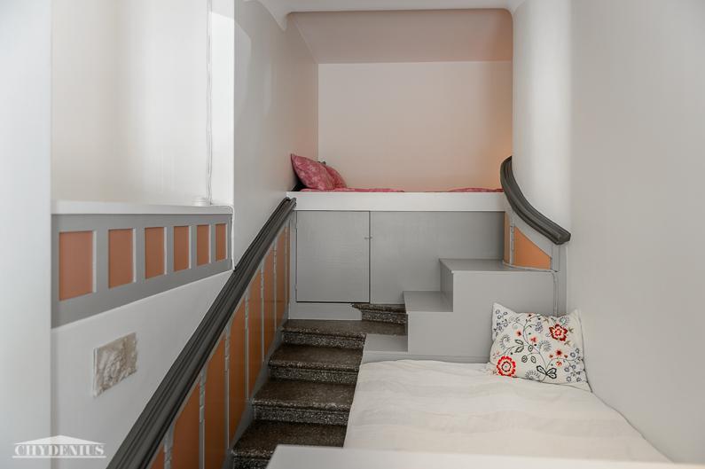 Hangon erikoisin makuuhuone on rakennettu entiseen pääportaikkoon. Ensimmäinen sänky oikealla, toinen poikittain ylhäällä takana