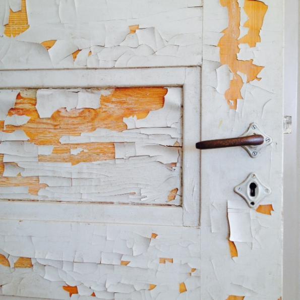Ylimmän kerroksen ovi kaipaa pientä käsittelyä