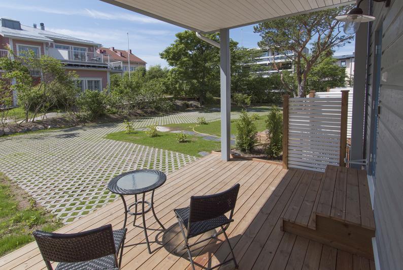 Etelän terasseilta näkyy kaunis Villa Greta puutarhoineen