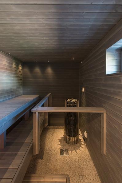 Tunnelmallista saunaa lämmittää hankolainen Helo