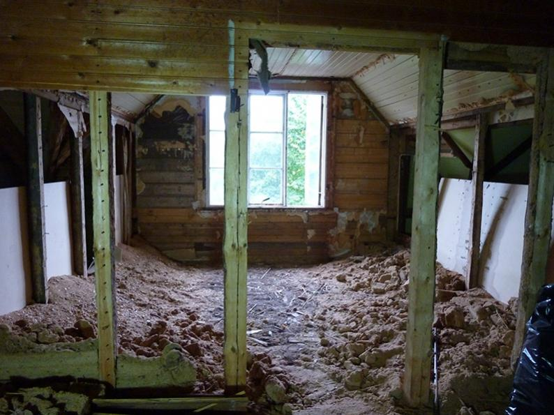 Tämä yläkerran asunto alkoi remontin edetessä muistuttaa kirkkoa