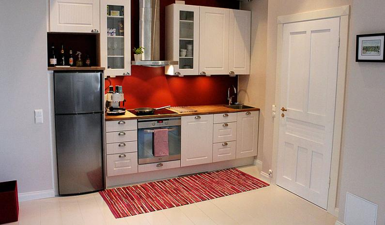 Yksi keittiöistä on pirteän punainen