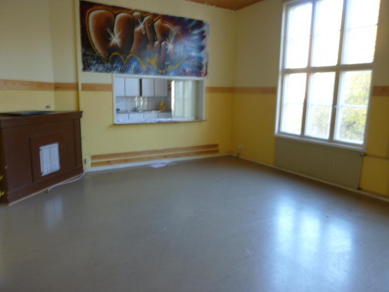 Tältä näytti eräs makuuhuoneista ennen remonttia. Vasemmalla ainut alkuperäinen tulipesä. Ja graffititaidetta