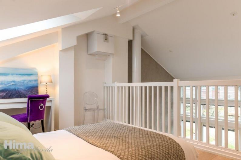 Parven makuuhuone saa valoa kattoikkunasta