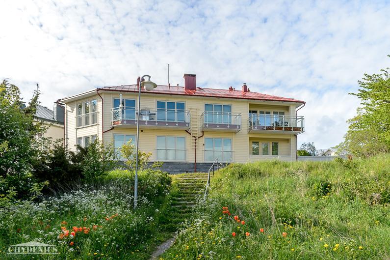 Villa Granit katselee makasiinien yltä merelle ja Itäsatamaan