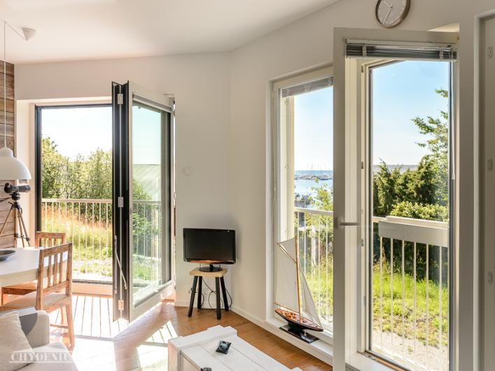 Suuret ikkunat auki ja aurinkoa voi ottaa vaikka sisällä!