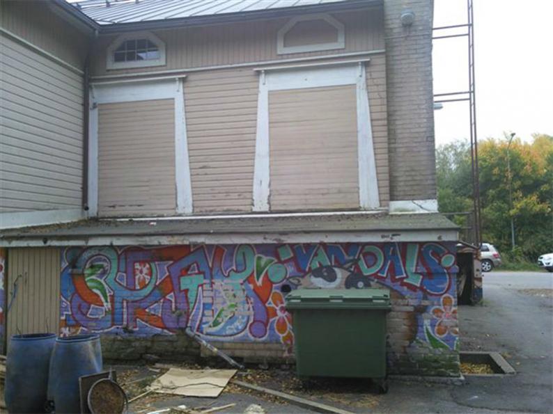 Umpeen muuratut discon ikkunat ja graffititerassi