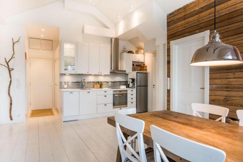 Keittiö, ruokapöytä ja olohuone ovat yhtä tilaa (kuva etuovi.com)