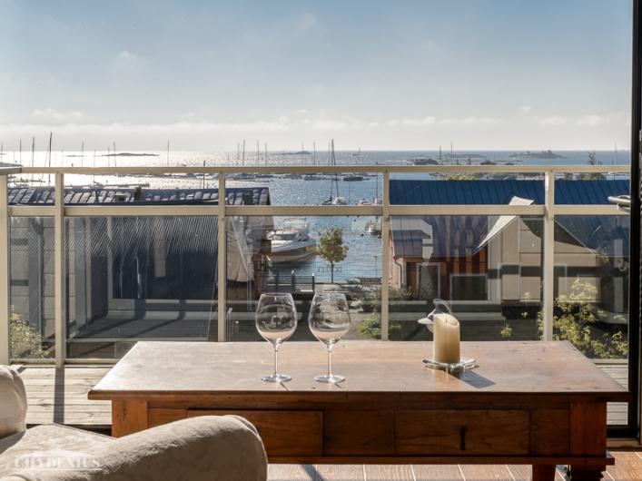 Suurista avattavista ikkunoista on näköala merelle