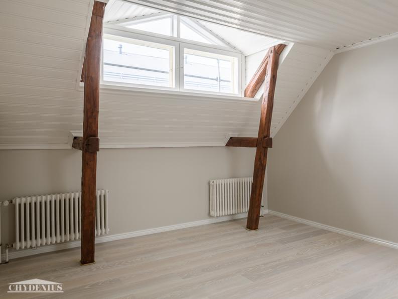 Isompi makuuhuone on katseilta suojassa
