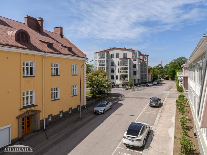 Lännen suunnassa naapureita ovat Villa Valio, Villa Greta ja Hangon Majakka