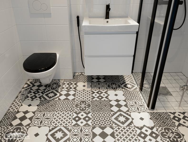 Kylpyhuone on raikkaan mustavalkoinen