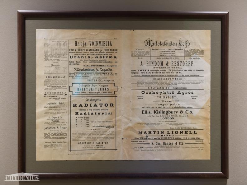"""Maitotalouden Lehti 26.2.1899 kertoo, että voin ostamisen asiamiehiä Hangossa ovat """"Herra KARL BOSTRÖM tahi Herra VIKTOR EK"""". Löysimme tämän uskomattoman lehden Belindan lattialautojen alta ja teimme siitä taulun"""