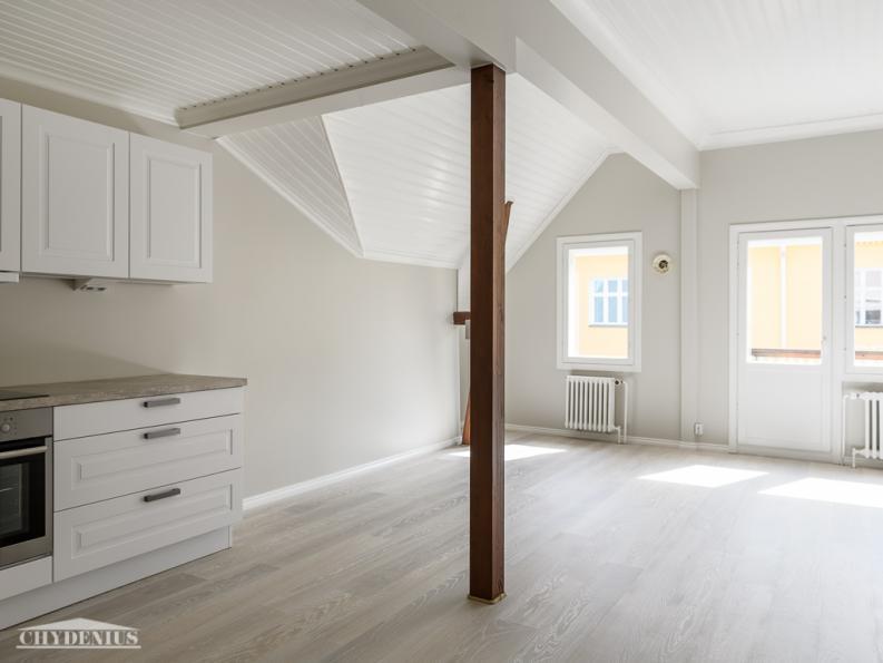 Yläkerran kadun puolen asunto on vinoine kattoineen ja palkkeineen jännittävä