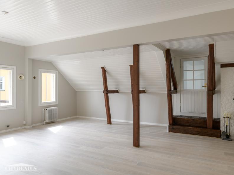 Seitsemän sortin lattiat yhtenäistettiin Tarkettin tammiparketilla. Kauniit tukirakenteet jätettiin näkyviin