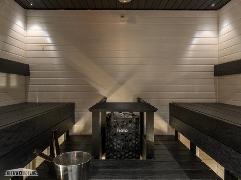 Taloyhtiöllä on kaksi saunaa. Kummeli on mustavalkoinen. Kiukaat tietysti hankolaisia