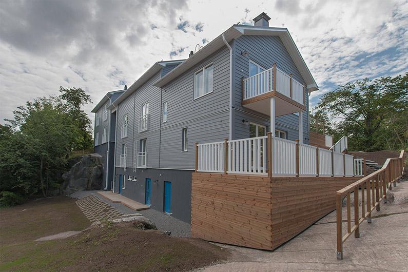 Talo pohjoisesta. Siniset ovet vievät saunaan, pyykkitupaan ja varastoon