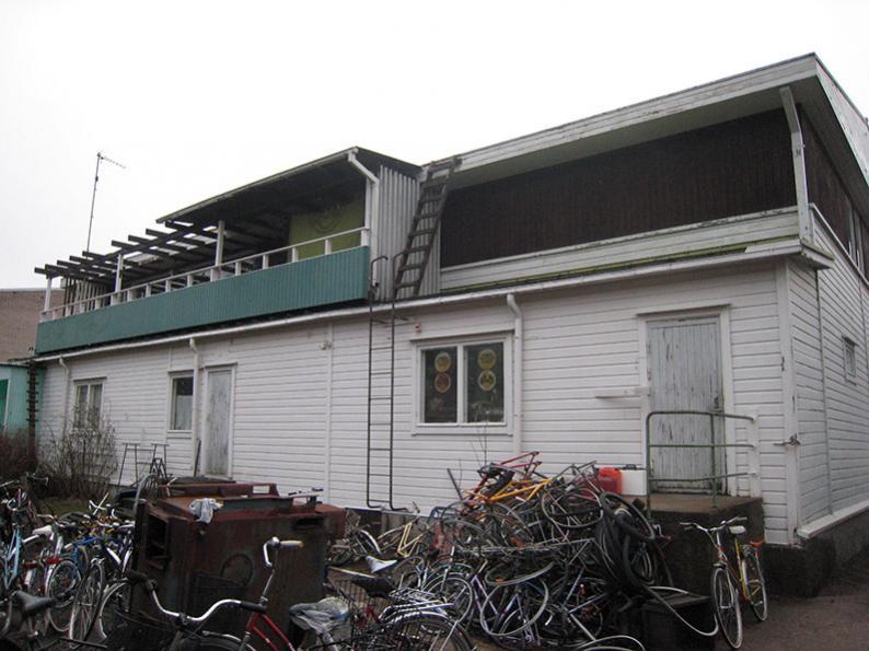 Talo pihan puolelta ennen remppaa