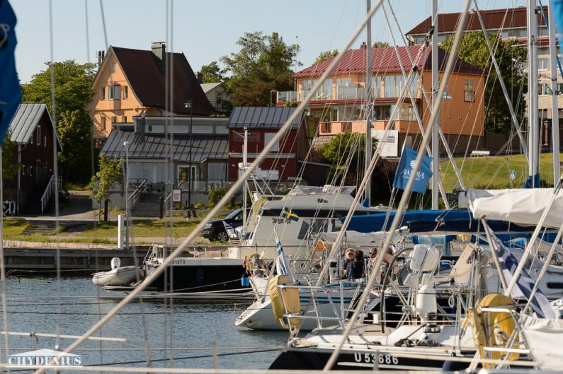 Piparkakkutalo ja Villa Klippan valvovat venesatamaa
