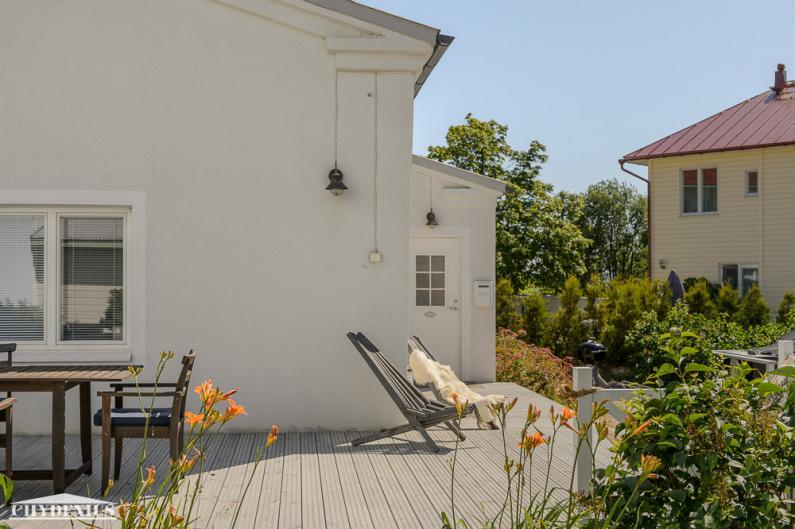 Villa WeeCeen ja oikealla näkyvän Villa Granitin väliin istutettiin ikivihreä tuija-aita