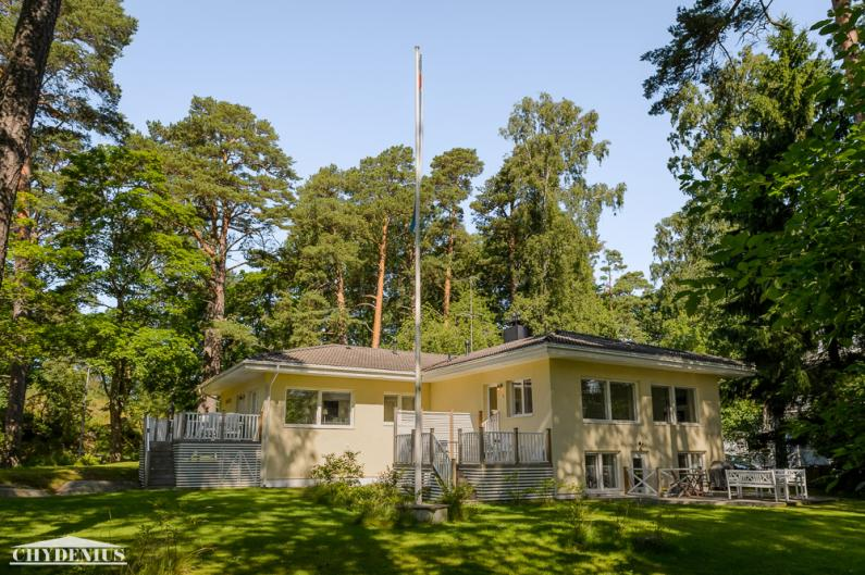 Jokaisella asunnolla on oma terassi, muuten iso piha on yhteistä reviiriä