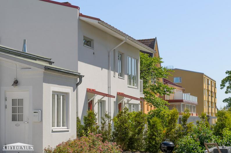 Villa WeeCee, Villa Granitin pihatalo, Piparkakkutalo ja Villa Klippan samassa rintamassa